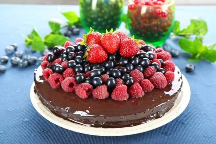 Шоколадный торт с летними ягодами