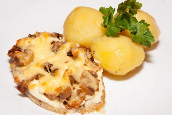 Запечённое мясо с грибами и сыром
