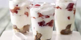 Творожный десерт с клубникой и кофе