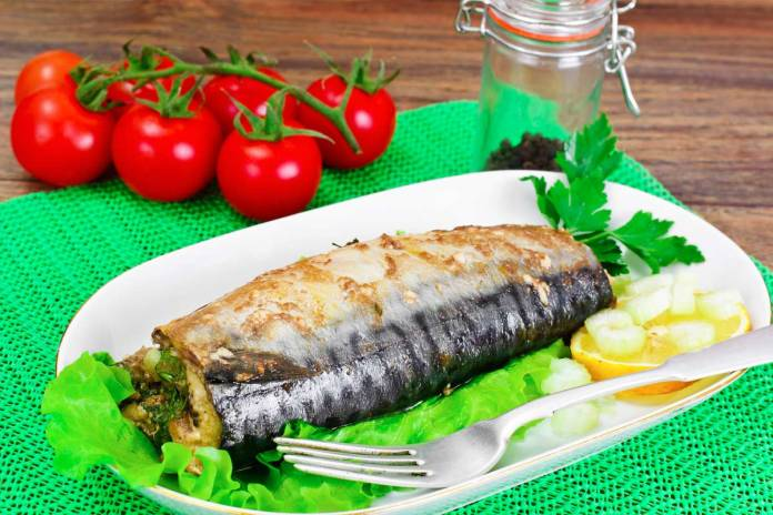 Скумбрия фаршированная овощами в духовке