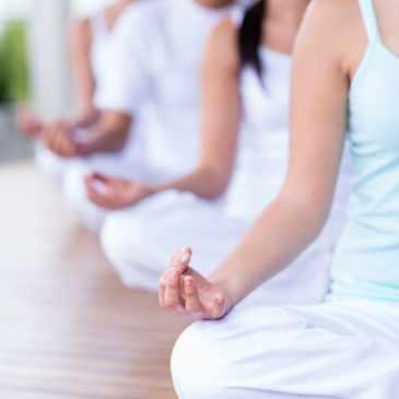 4 élèves de yoga, tenues blanches