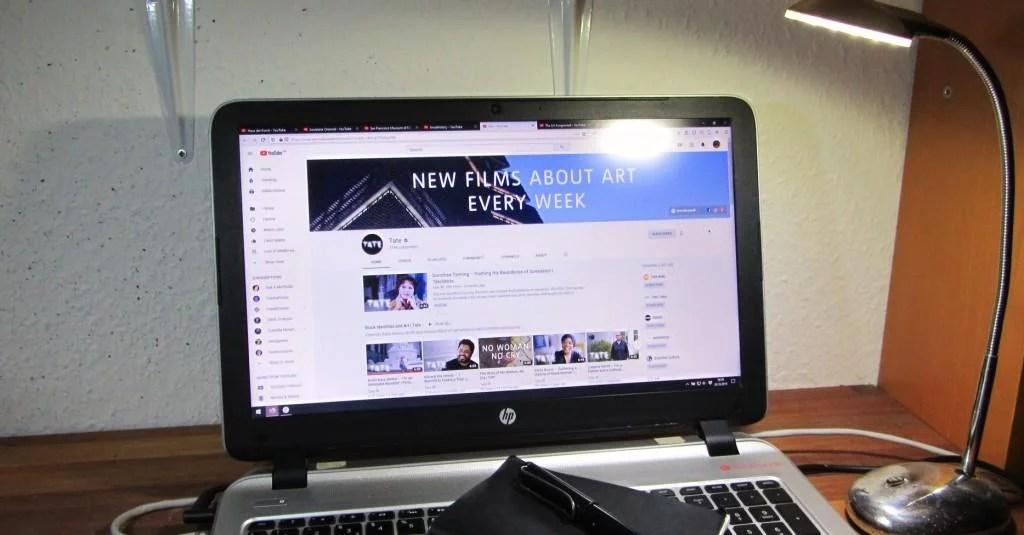 Foto eines Laptops, auf dem die YouTube Seite der Tate Gallery, London geöffnet ist. Foto: Paul Ambros