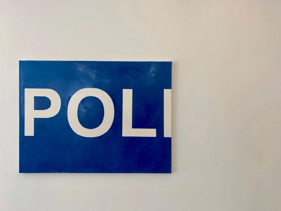 Sophie Reinhold. Untitled (POLI). 2019, pigmentiertes Marmormehl auf Jute, 140 x 190 cm. Ausstellungsansicht: Kunstverein Reutlingen. Kein Witz, No Joke, Foto: Elisabeth Weiß
