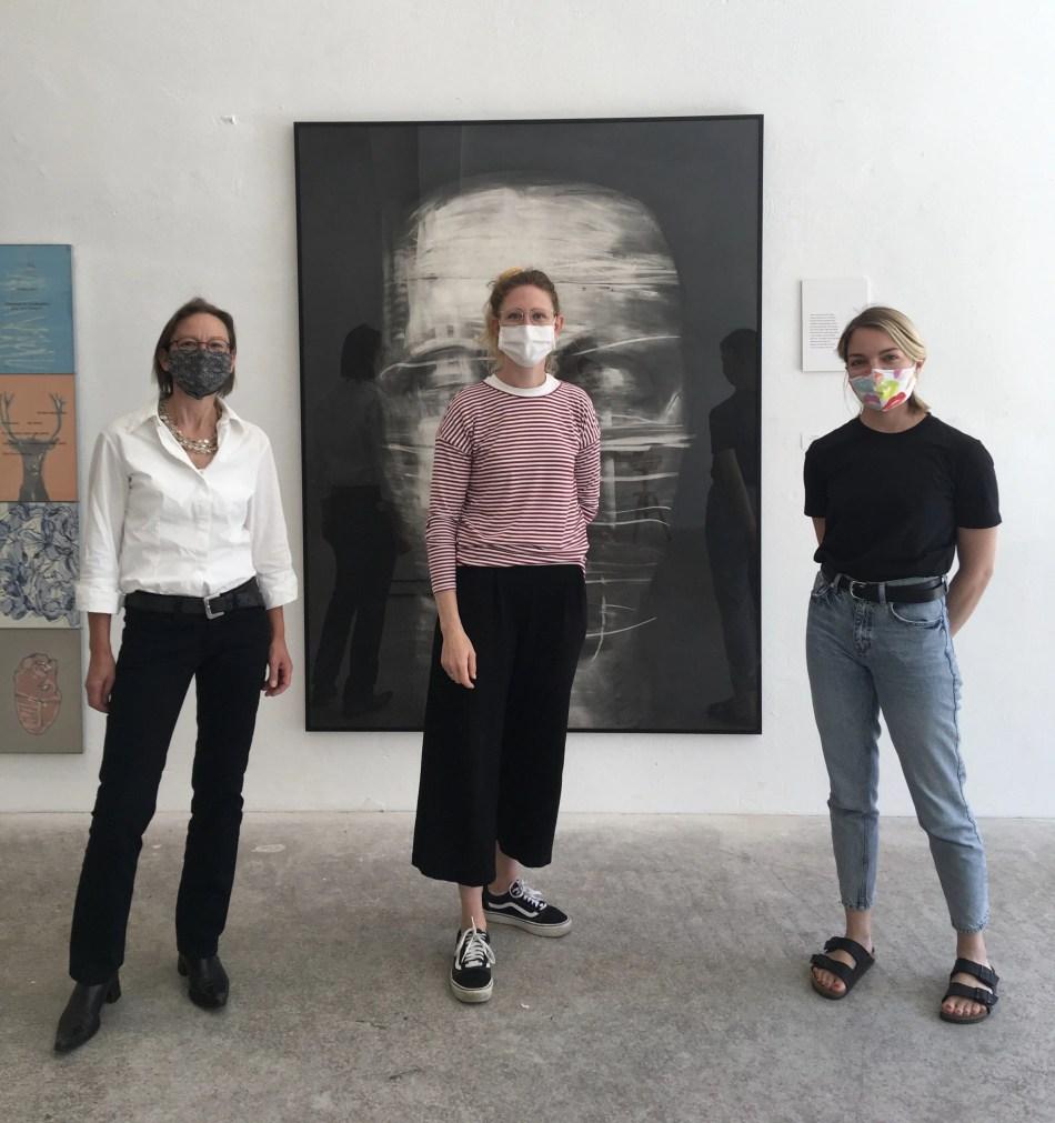 Drei Personen vor einem Gemälde Frido Hohberger in der Kulturhalle