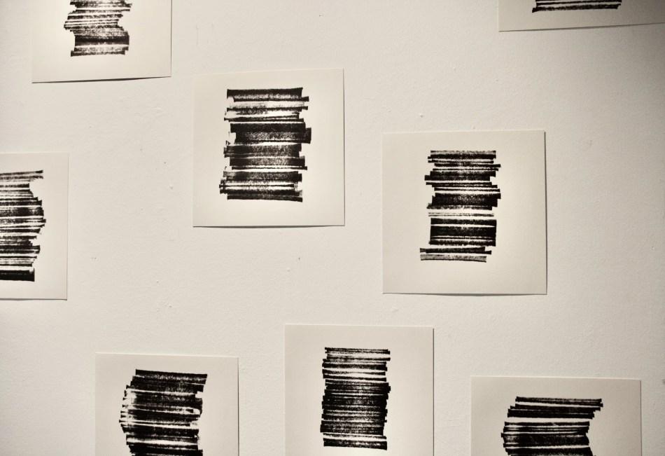 Monotypien auf Papier von Martin Baumann zeigen Streifen aufeinandergestapelt, mal schwankend mal eng gefasst.