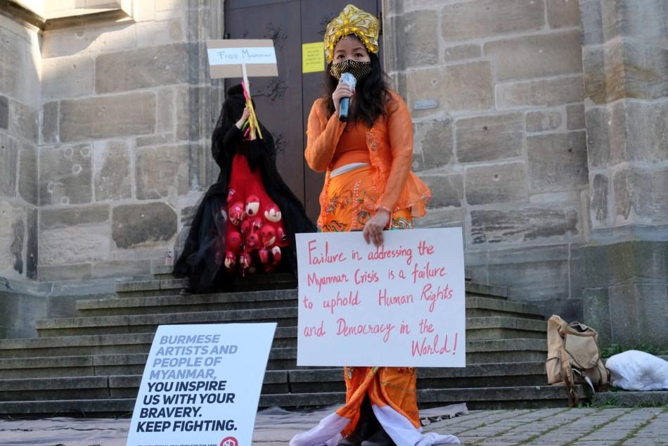 Rede einer birmanischen Künstlerin vor der Stiftskirche.