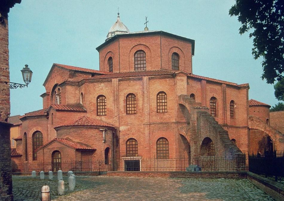 Exemplarisch für einen Zentralbau hier zu sehen: San Vitale. Aussenansicht. Die Kirche wurde 537-547 in Ravenna erbaut. Bildnachweis: ©Archiv des Instituts für Kunstgeschichte der LMU.