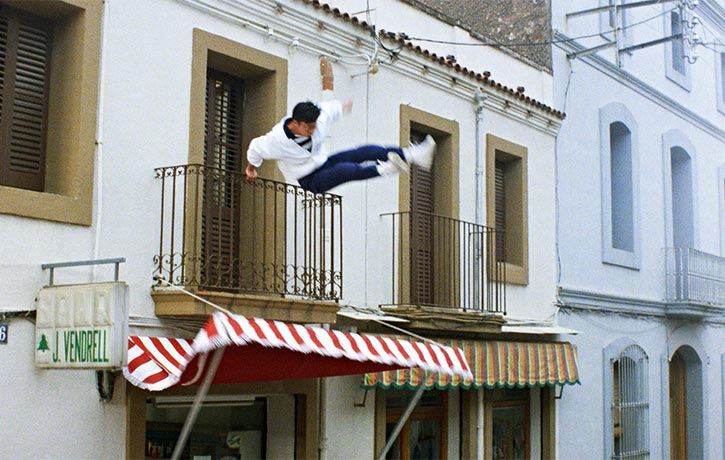 A simple yet jaw-dropping stunt fall from a first floor balcony