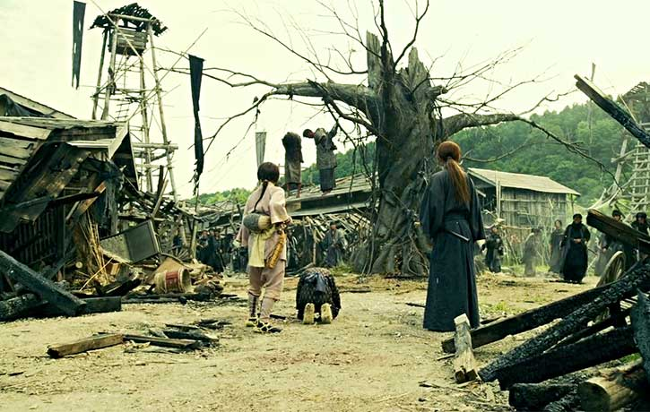 A town is left destroyed by Shishio's men