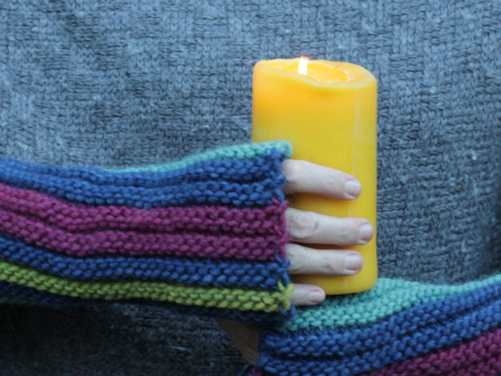 Nordlicht-Armstulpen mit Kerze