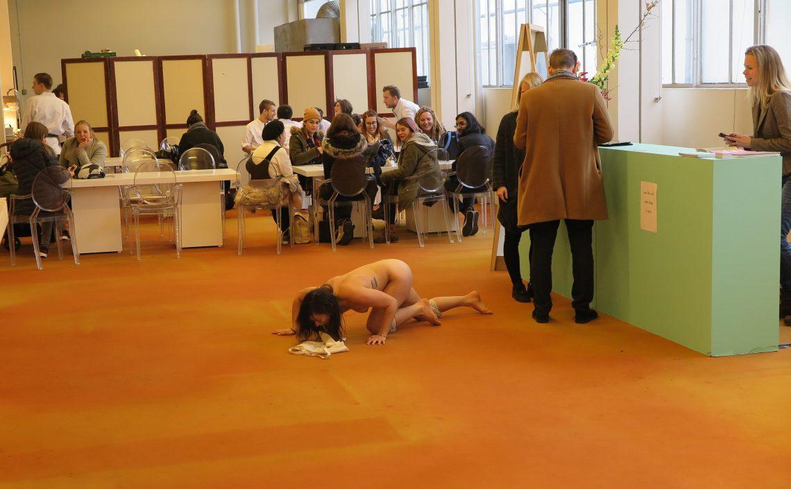 Naakte dame gedraagt zich als hond - onverwachte performance