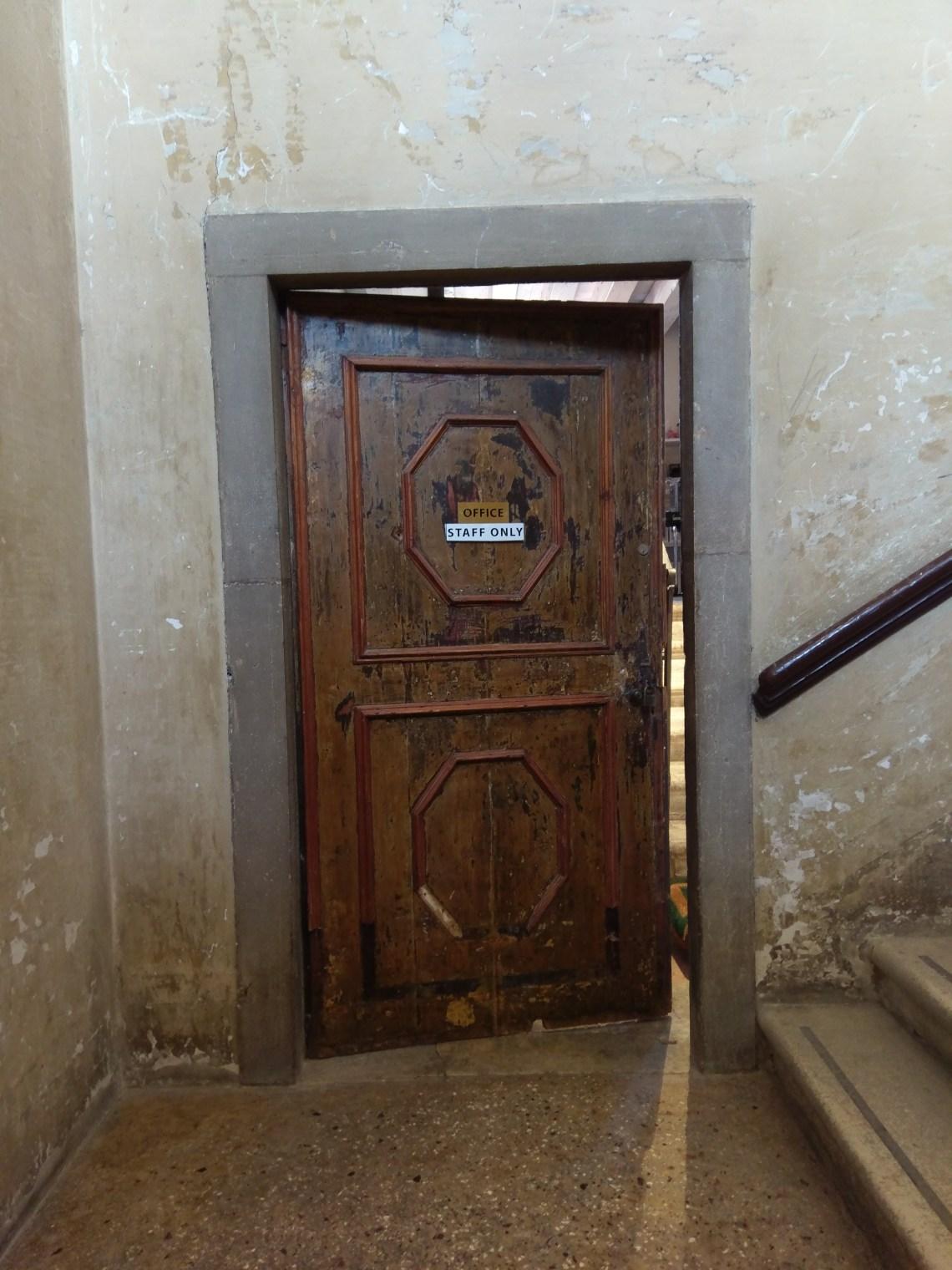 Oude verweerde deur in Palazzo Mora