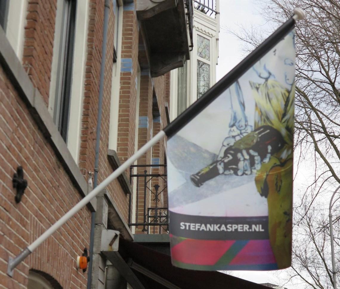 Stefan kasper - Galerie Bart - vlag boven de deur