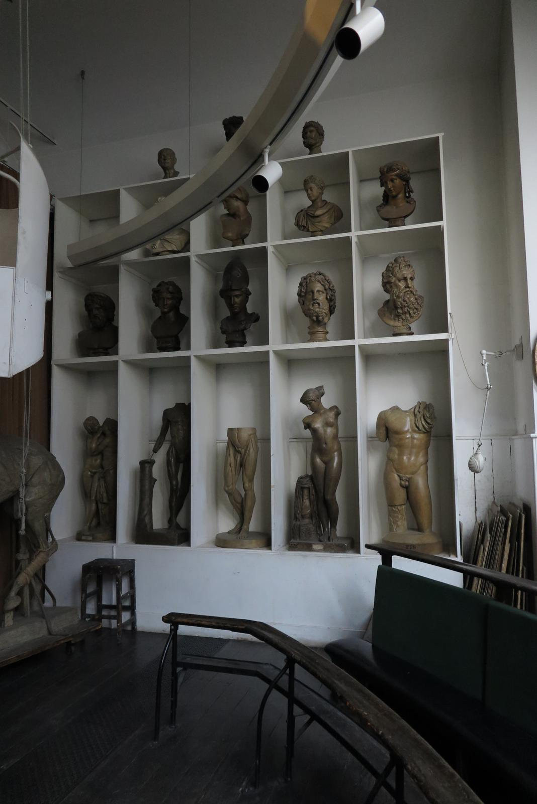 Theater ruimte met oude beelden