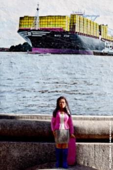 Vanessa vor der MSC Zoe, HamburGGalerie,Rödingsmarkt 27, 20459 Hamburg