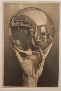 Hand met spiegelende bol