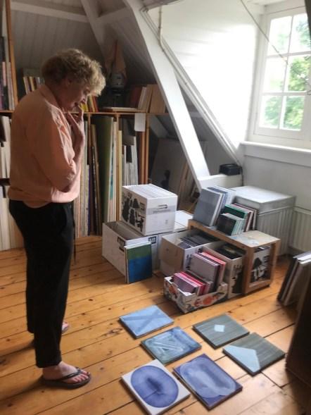 Erna Anema bedenkt welk werk ze afstaat voor de kunstruil