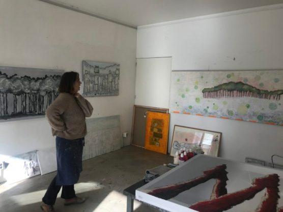 Hester van Dapperen kijkt en kijkt of er nog iets aan het werk moet gebeuren (in echt ziet het schilderij er totaal anders uit).