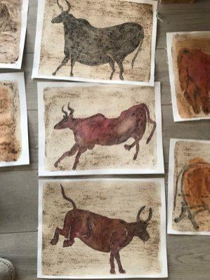 Dansende koeien, aquarel en koffiedrab. Geïnspireerd door grottekeningen (Lascoux)