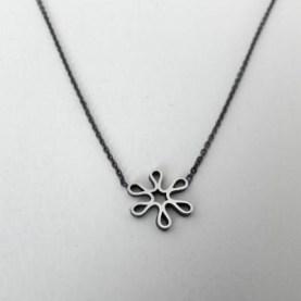 Yolanda Döpp; Zilveren bloemetje aan geoxydeerd ankercollier