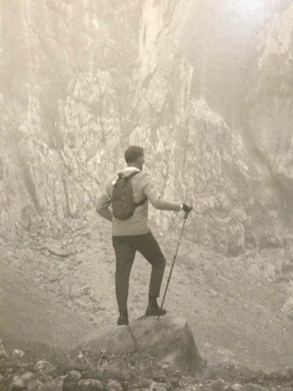 Erwin Olaf, Vor der Felswand, Selbstporträt, 2020 (detail)