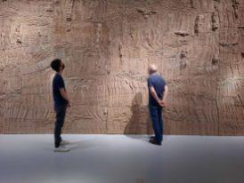 Eva Jospin, Matera (2020), materie van karton, die oprijst als een enorme geologische rotsformatie (370 x 1000 cm)