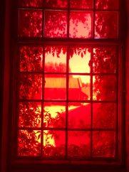 Blik door raam naar buiten. Tentoonstellingsruimte Not Quite, Fengersfors, Zweden.