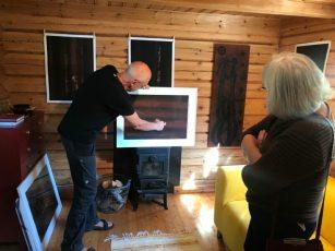 Antoon Loomans geeft uitleg over 'bosschilderij' met Falu röd verf in Galleri Henneviken