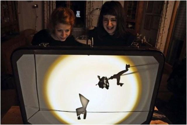Julia-Bianca und Carmen Jung lassen mit Licht und Schatten im Wohnzimmer die Puppen tanzen. Foto: Georg Linsenmann