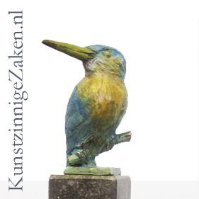 ijsvogeltje in bronzen beeld