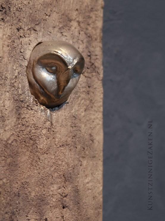 Bronzen beeld Kerkuil op wand