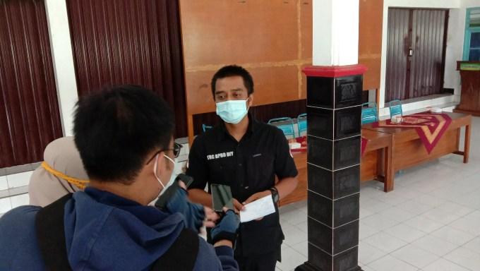 Agus Riyanto saat diwawancarai jurnalis