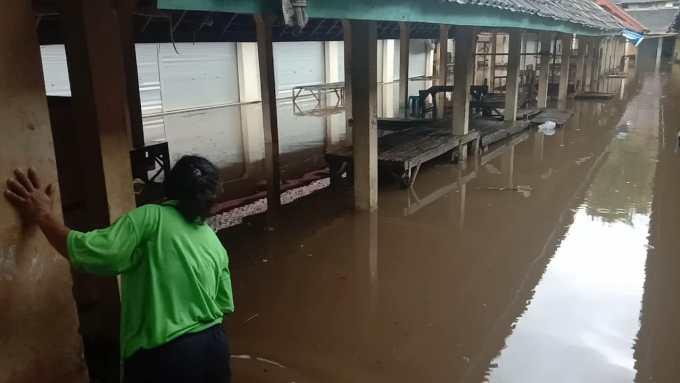 Komplek pasar Bintaos yang tergenang banjir
