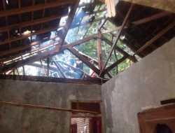 Rumah Tertimpa Pohon Sengon Laut, Pemilik Dilarikan Ke Puskesmas