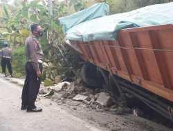 Sopir Dan Kernet Loncat Keluar Kendaraan, Truck Tronton Nabrak Tebing di Pok Cucak