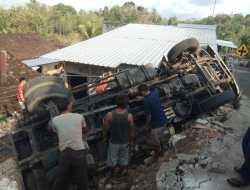Truk Muatan Keprus Terguling di Jalan Perkampungan Candirejo, Timpa Bangunan Warga