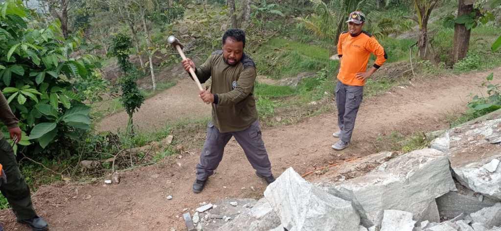 Proses pengerjaan bedah rumah oleh relawan