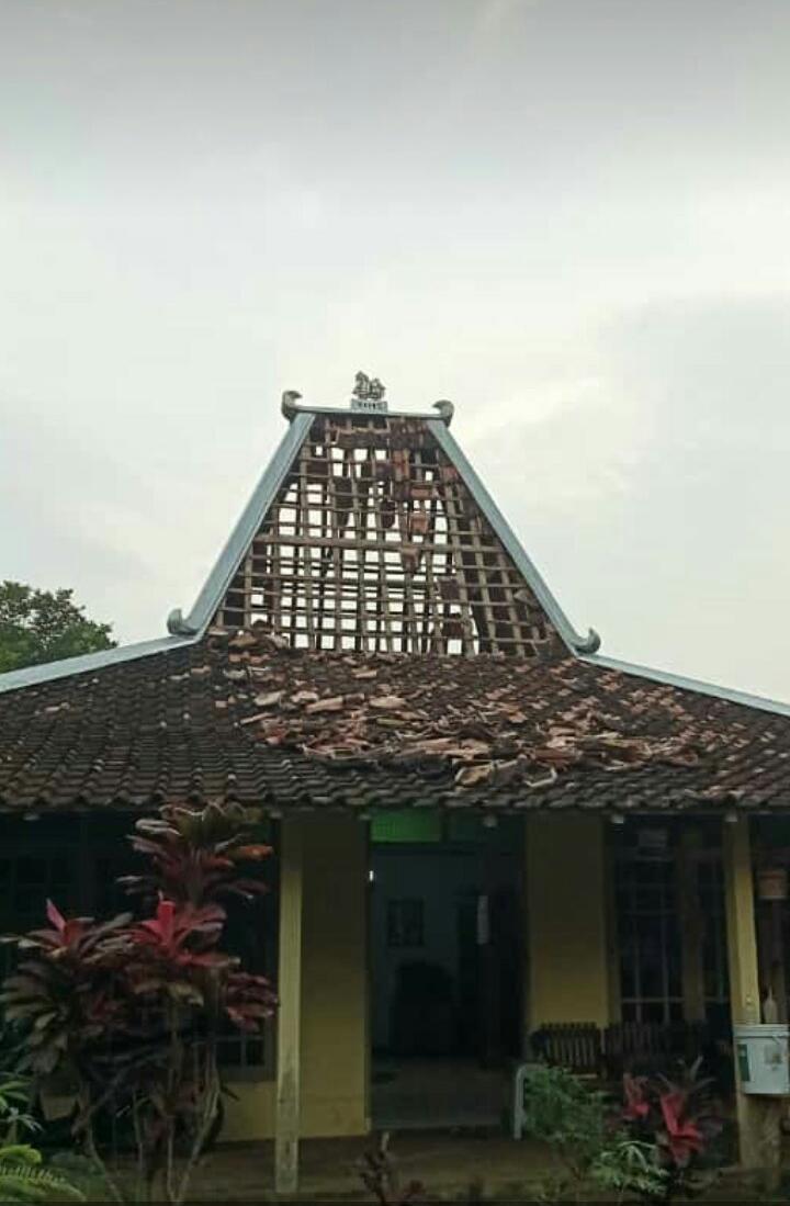 Genting Rumah Rusak Akibat Gempa