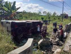 Sopir Ngantuk, Mobil Bus Terguling Ke Dalam Parit