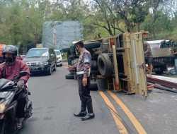 Tak Kuasai Laju Kendaraannya, Truck Terguling di Tanjakan Slumprit