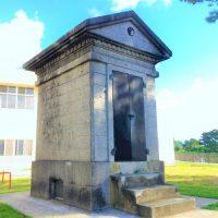 沖縄市知花に残る「奉安殿」と「忠魂碑」