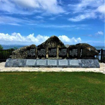 読谷村楚辺に立つ「艦砲ぬ喰ぇー残さー」の歌碑
