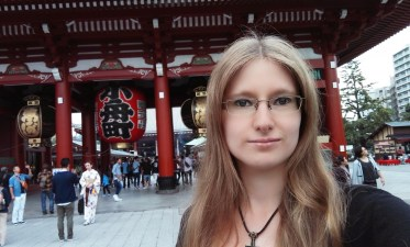 Bianca in front of Hōzōmon-Gate