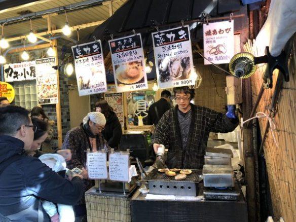 築地の場外市場で、 ホタテ焼 を焼いている写真