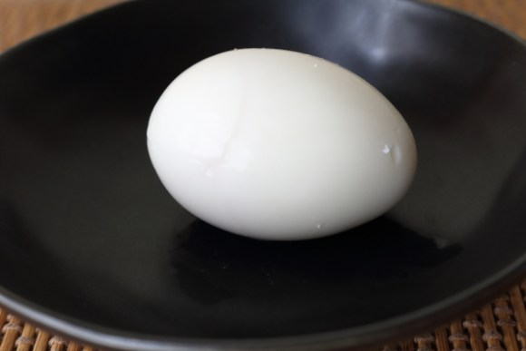 ゆで卵カラにヒビ入れて茹でる