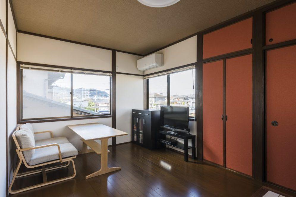 和室だったお部屋は低コストで綺麗にしたいというご要望。 土壁だった部分を鮮やかなクロスにして娘様好みのアジアン風なお部屋に。