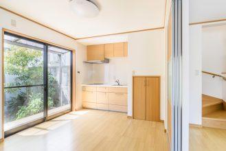 リビングにつながるキッチンは色味を合わせて空間に一体感をもたせました。