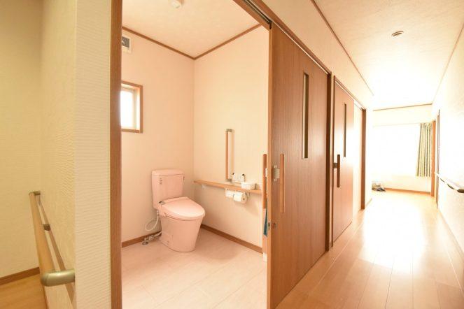 今後の未来を見据えてトイレは広く取り、介助しやすい空間に。 ドアを大きな引戸にして、手すりも設置しました。
