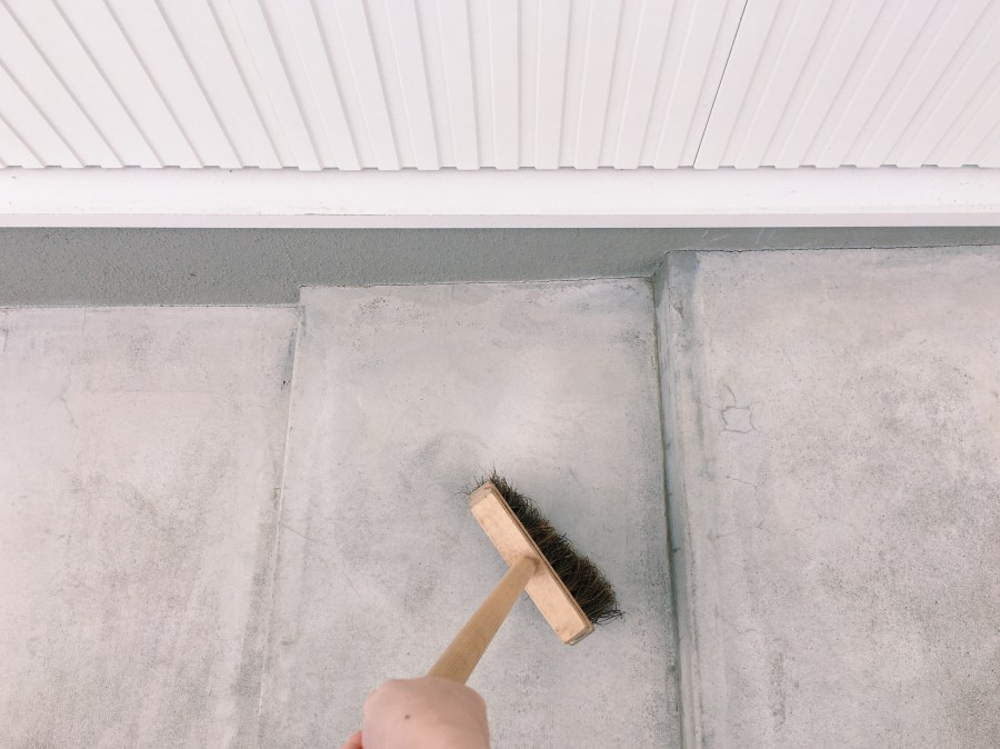 階段を掃いています。