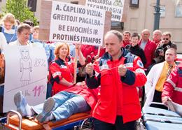 Zdaniem pikietujących, pracownicy pogotowia ratunkowego pracują w ciągłym napięciu psychicznym Fot. Marian Paluszkiewicz
